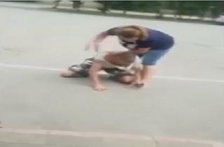 درگیری عجیب یک زن با سارق موبایلش + فیلم