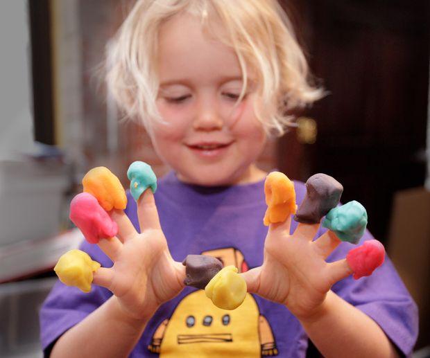 طرز تهیه خمیر بازی کودکان با مواد خانگی +عکس