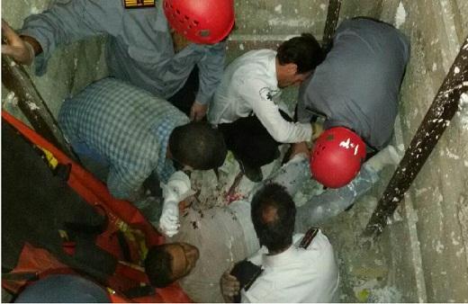 نجات معجزه آسای کارگر ساختمانی پس از سقوط از طبقه سوم در اراک + عکس