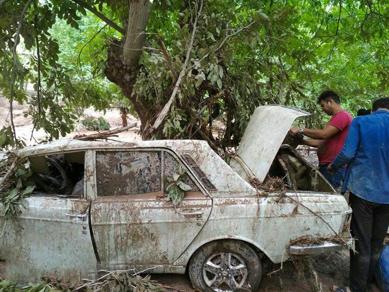گرفتار شدن خودروها در سیل گلستان + فیلم