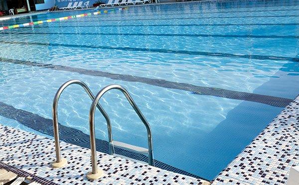 نظارت و پایش کنترل کیفی آب استخرهای شنا توسط بازرسان بهداشت محیط