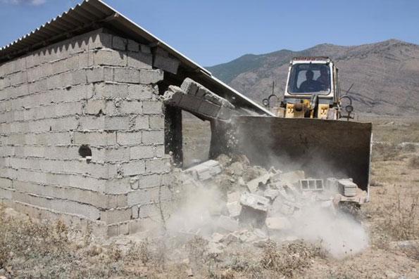 تخریب ساخت و سازهای غیر مجاز در اراضی کشاورزی