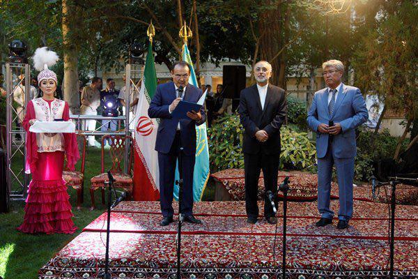 اهدای نشان افتخار از سوی رئیس جمهور قزاقستان به صالحی