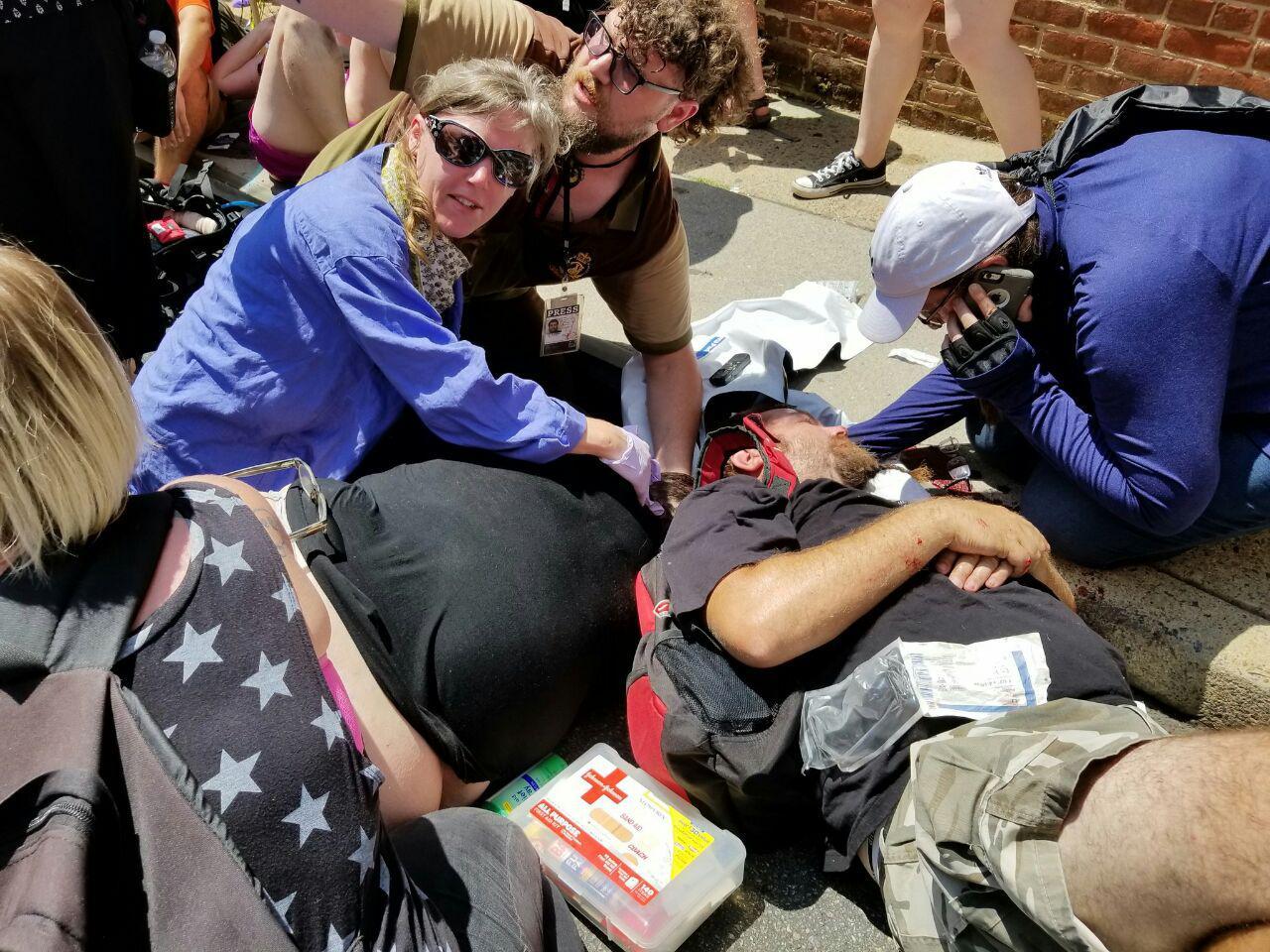 یک خودور معترضان به تجمع نژادپرستانه سفیدپوستان در ویرجینیای آمریکا را زیر گرفت+تصاویر