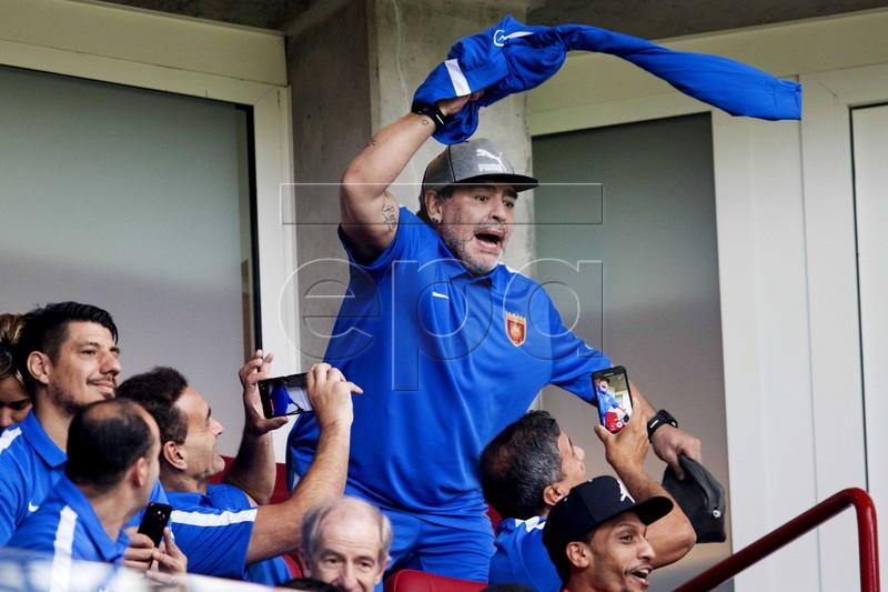 دیگو مارادونا تماشاگر ویژه بازی علی رضا جهانبخش+عکس