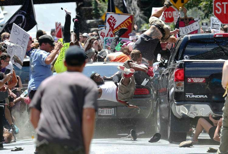 یک خودرو، معترضان به تجمع نژادپرستانه سفیدپوستان در ویرجینیای آمریکا را زیر گرفت+تصاویر