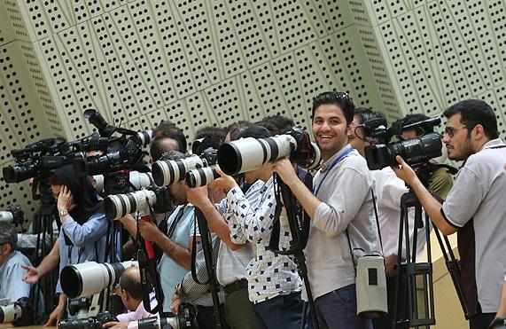 خبرنگاری که در جلسه رای اعتماد به کابینه دوازدهم در مجلس خوابش برد