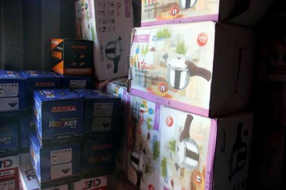باشگاه خبرنگاران -توقیف 2 کامیون حامل ظروف آشپزخانه قاچاق در اهواز