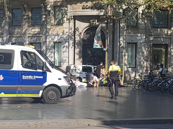 یک خودروی ون در بارسلون دهها نفر را زیر گرفت