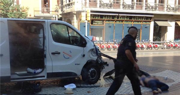 یک خودروی ون در بارسلون دهها نفر را زیر گرفت/