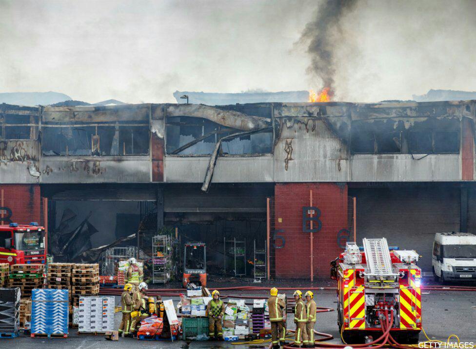آتش سوزی گسترده در بازار میوه و تره بار انگلیس+ تصاویر