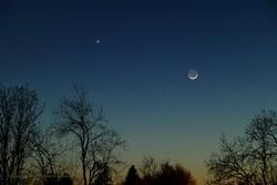 رصد همنشینی هلال ماه و سیاره زهره در صبحگاه شنبه