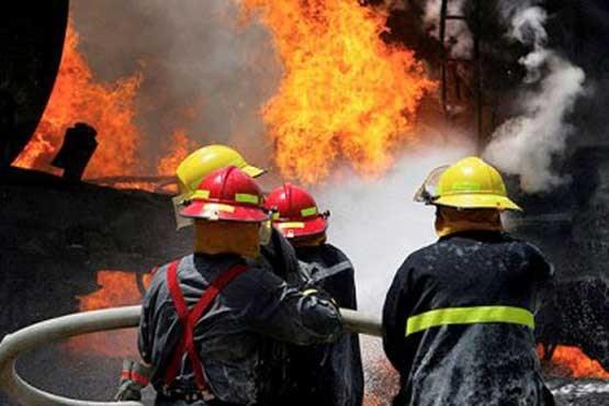 آتشسوزی گسترده یک ساختمان اداری-تجاری در خیابان ستارخان/ مصدومیت و سوختگی 4 آتش نشان بر اثر تماس با موادشیمیایی