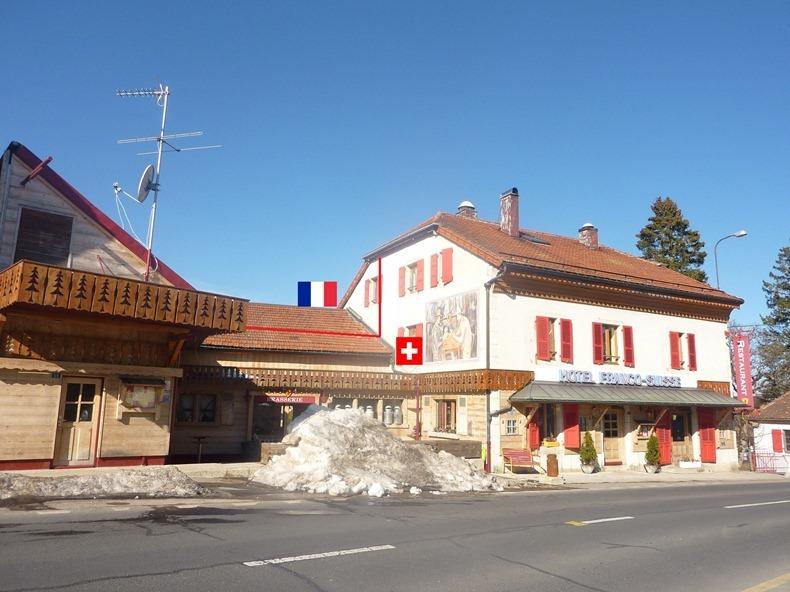 هتلی دیدنی که مرز بین دو کشور است