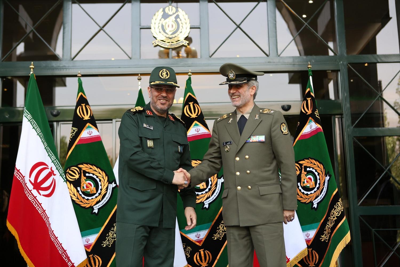 امیر حاتمی کار خود به عنوان وزیر دفاع و پشتیبانی نیروهای مسلح را آغاز کرد + تصاویر