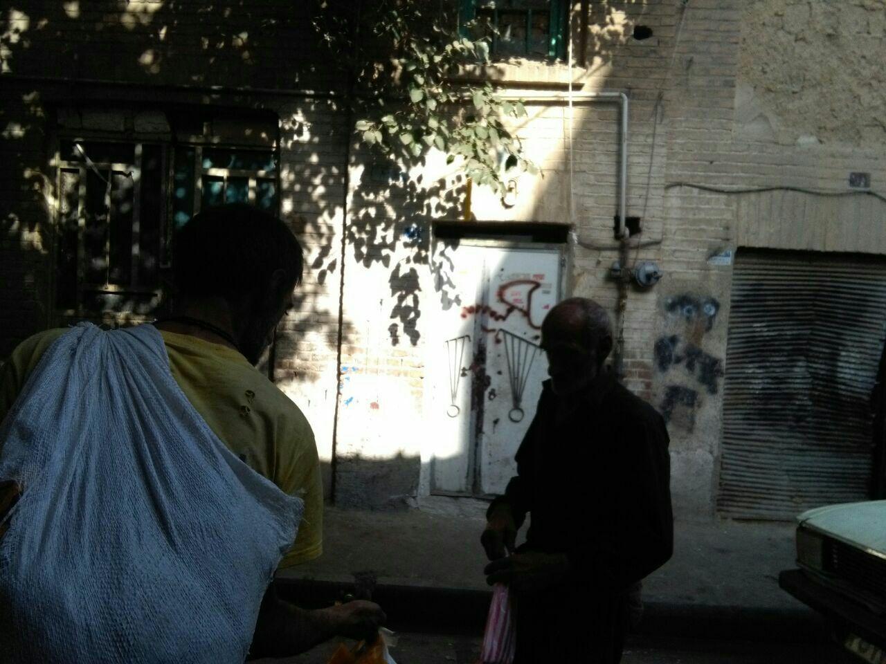 پیرزن 64 ساله از کاسبی شیشه می گوید/ صف طولانی مشتریان در مقابل خانه های کاسبان مواد