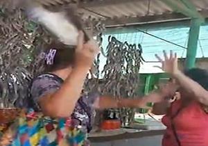 کتک کاری عجیب دو زن در بازار ماهی فروشان+فیلم