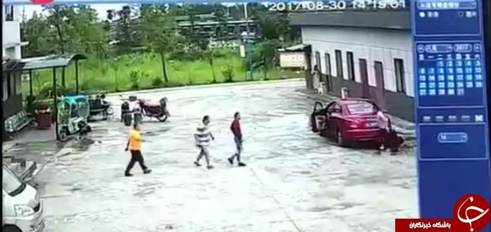 پدر بی احتیاط، دخترش را با ماشین زیر گرفت + فیلم
