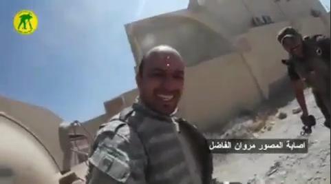 لحظه نجات تصویربردار اعلام الحربی از تیررس تک تیرانداز داعش+ فیلم