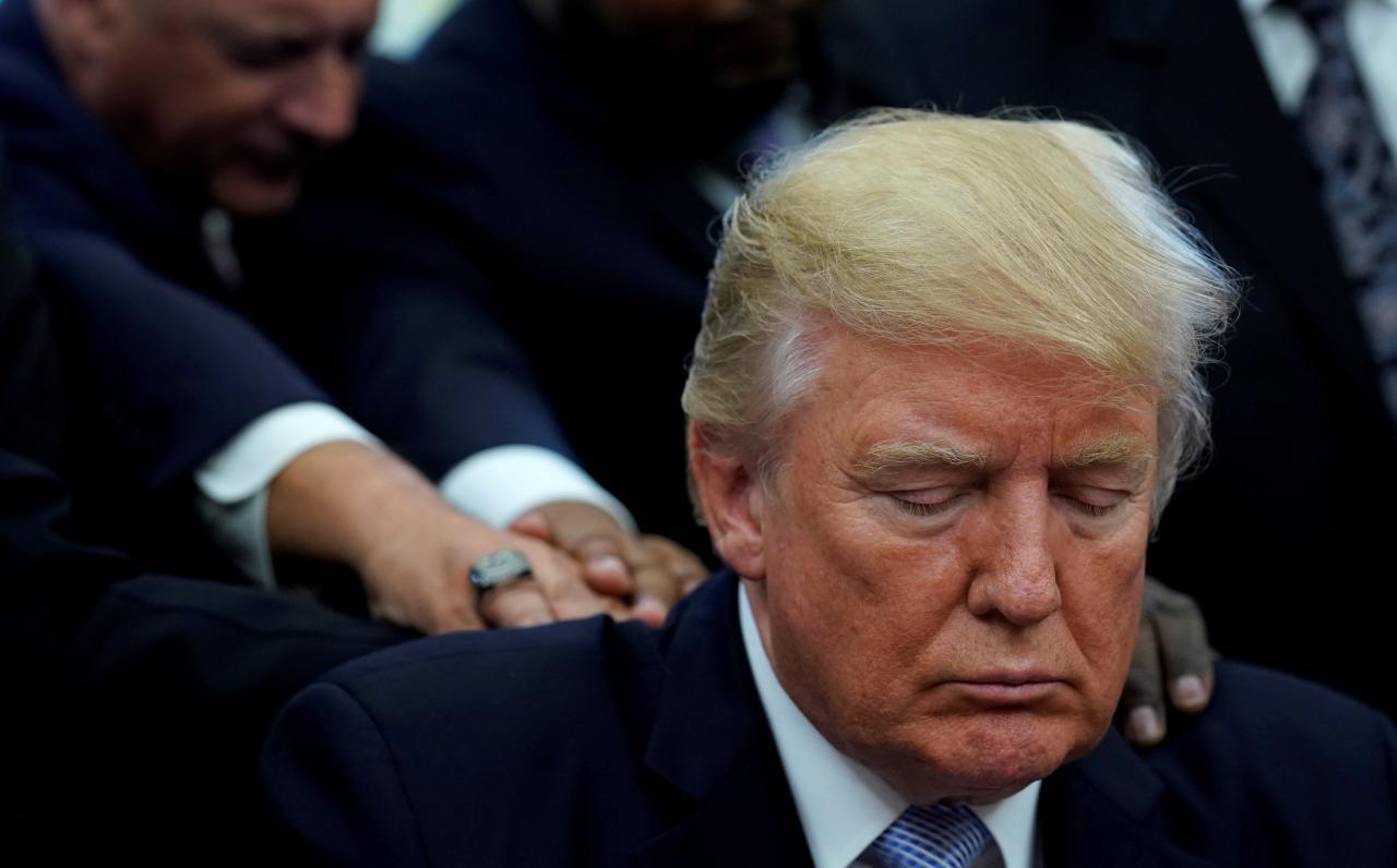 مراسم دعاخوانی عجیب ترامپ در کاخ سفید برای قربانیان توفان هاروی+ فیلم و تصاویر