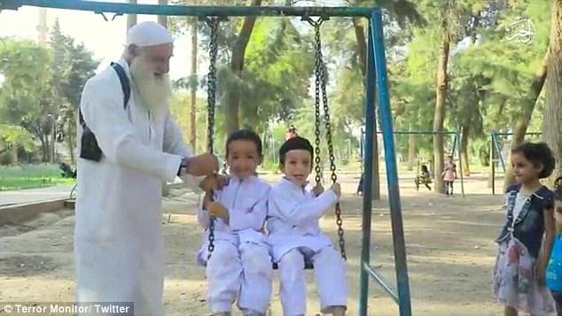 آموزش عملیات  انتحاری به کودکان توسط پدربزرگ داعشی+فیلم