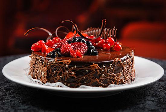 طرز تهیه کیک شکلاتی با میوه های تابستانی