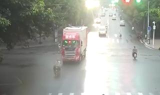 حادثه ای که موتورسوار عجول پشت چراغ قرمز رقم زد+فیلم