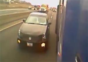 له شدن یک ماشین بین اتوبوس و کامیون در بزرگراه + فیلم