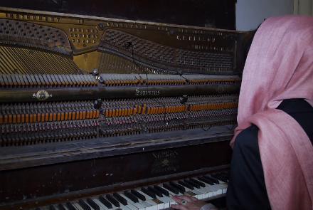 یوناما پیانوی داکتر نجیب را به انستیتوت موسیقی افغانستان اهدا کرد