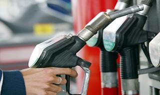 ربودن اپراتور پمپ بنزین توسط یک راننده+فیلم
