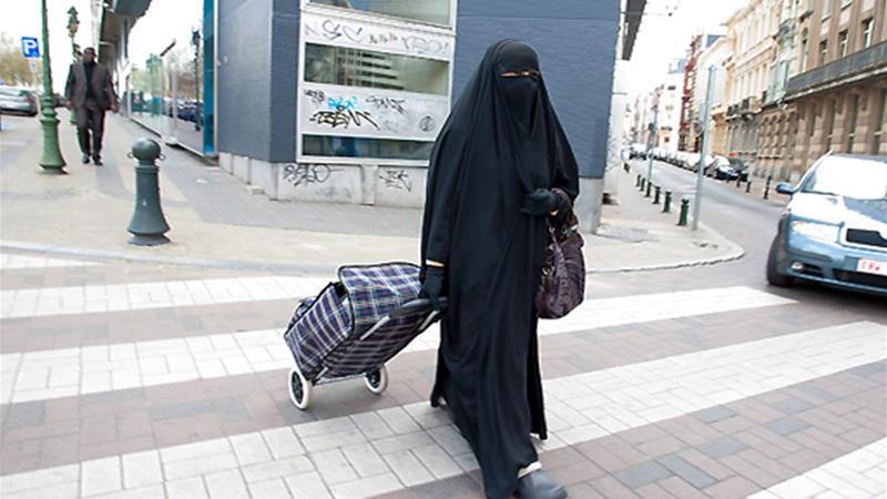 اخراج یک بانوی مسلمان اروپایی از فرودگاه به دلیل داشتن حجاب چهره