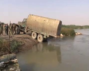 نحوه عبور نیروهای سوری از رودخانه برای محاصره داعش + فیلم