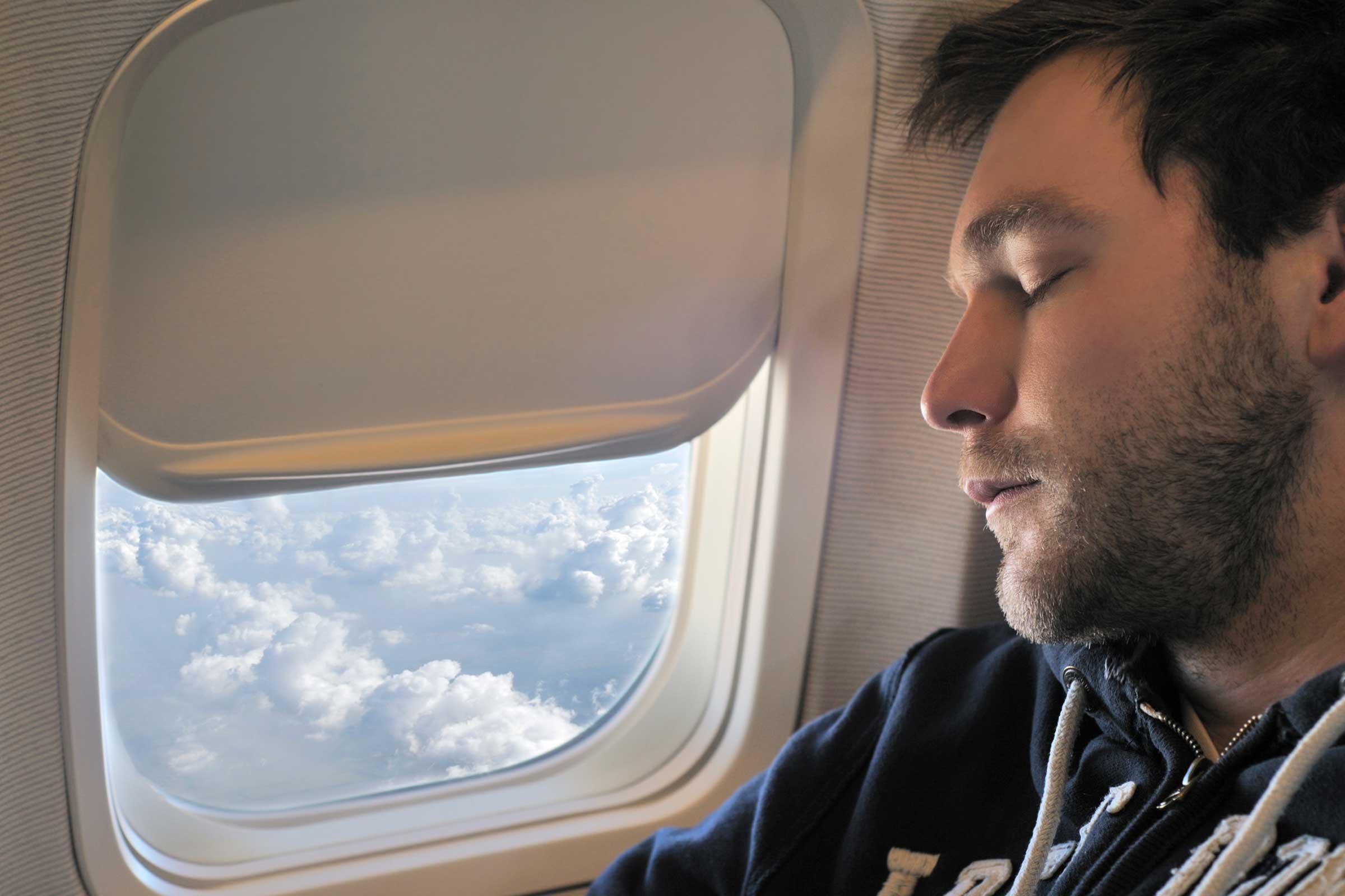 از خوابیدن هنگام تغییر ارتفاع هواپیما خودداری کنید/با خوابیدن عضله بسازید/سالاد بخورید تا سکته قلبی نکنید!/غذایی که باعث حلقه های تیره زیر چشم می شوند