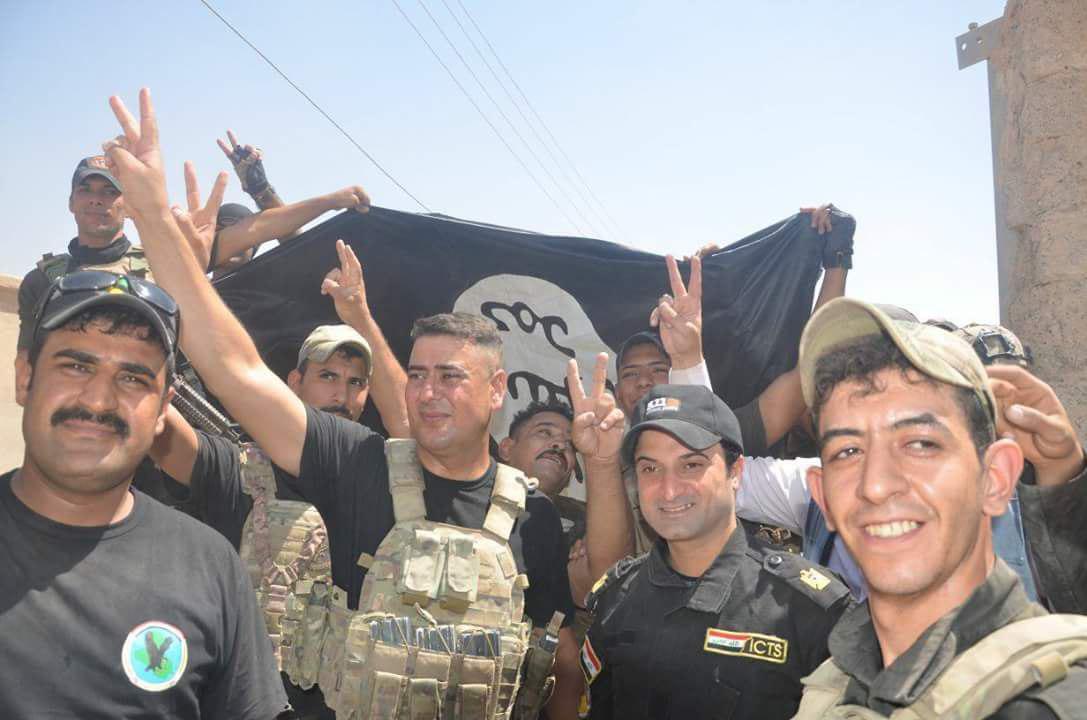 پرچم عراق در بلندیهای قلعه تلعفر بهاهتزاز درآمد/ کشف زندان بزرگ داعش در شمال غرب تلعفر