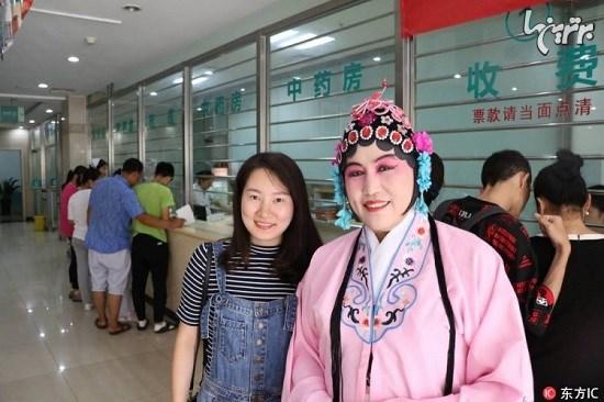 آرایش عجیب پزشک چینی برای آرامش بیماران