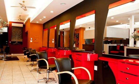 حضور آرایشگر مرد با پوشش زنانه در آرایشگاه خانم ها/ پخته شدن دختر جوان در دستگاه سولار