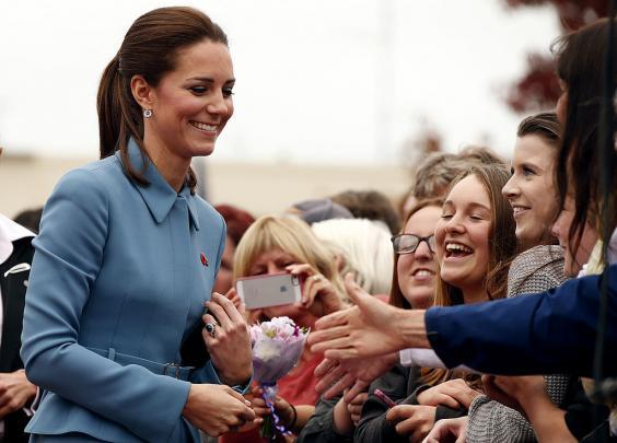 چرا اعضای خانواده سلطنتی انگلیس هرگز به کسی امضا نمیدهند؟