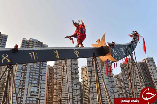 تصاویر روز: از راه رفتن بر روی لبه یک شمشیر تا رونمایی از خودروی جدید نیسان