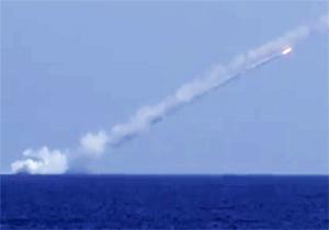 لحظه نابودی مواضع جبهه النصره در مرز ادلب سوریه توسط نیروی دریایی روسیه + فیلم