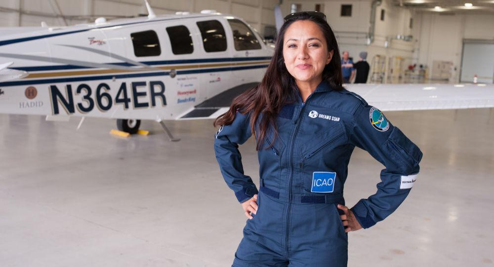 خلبان زن افغانستانی که به دور دنیا سفر کرد