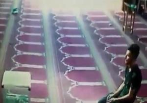 اقدام عجیب و ناپسند پسر جوان پس از اقامه نماز در مسجد!+فیلم