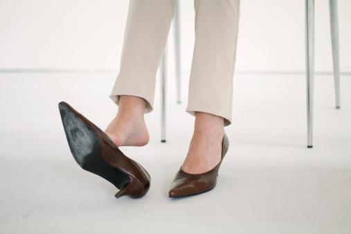 عوارض پوشیدن کفش پاشنهبلند برای خانمهای شاغل