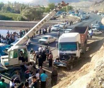 یک کشته و 2 مجروح در برخورد وانت پیکان با کامیون کشنده