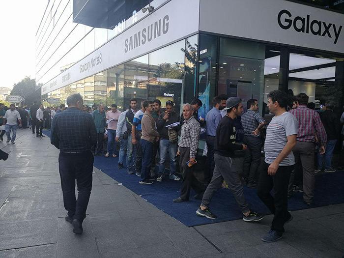 صف طولانی ایرانی ها برای خرید گوشی نوت 8 سامسونگ