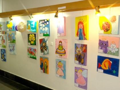 تماشای نقاشی کودکان در نمایشگاه