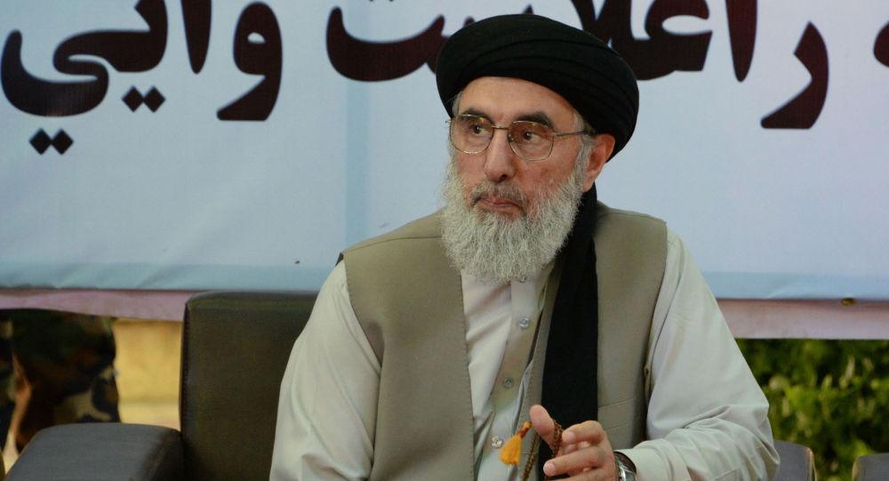 حکمتیار: آمریکا هر دو طرف جنگ افغانستان را تجهیز می کند