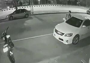 لحظه تصادف موتورسیکلت با سرنشین خودرو +فیلم