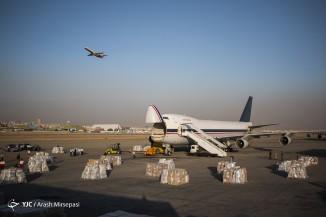 بارگیری هواپیمای حامل کمک های بشر دوستانه از سوی هلال احمر به میانمار