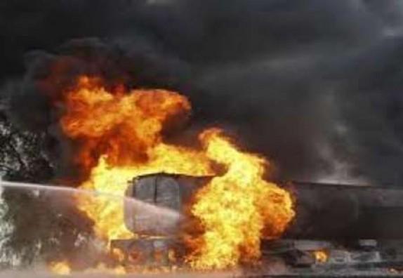 باشگاه خبرنگاران -تریلی پس از سقوط در آتش سوخت