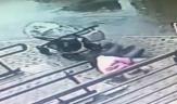 باشگاه خبرنگاران -زنده ماندن حیرت آور زنی پس از سقوط پنجره روی سرش+فیلم